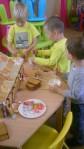 peperkoekenhuisje maken 2011 043